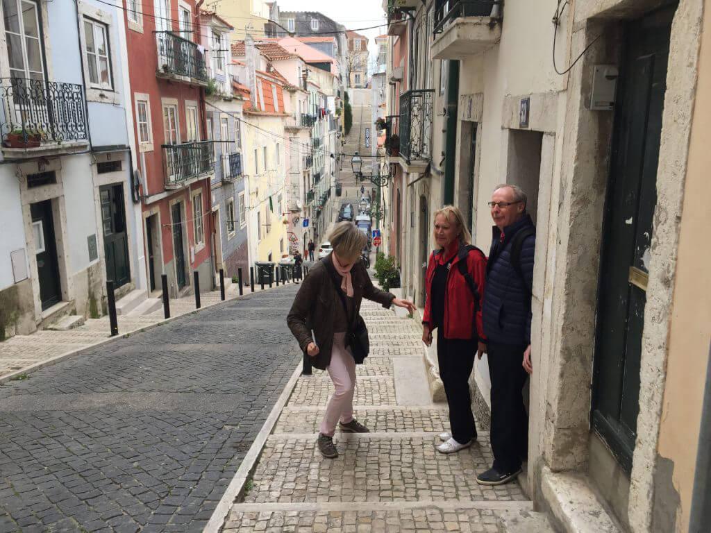 Anita, Tommy och Gunilla väljer trapporna.