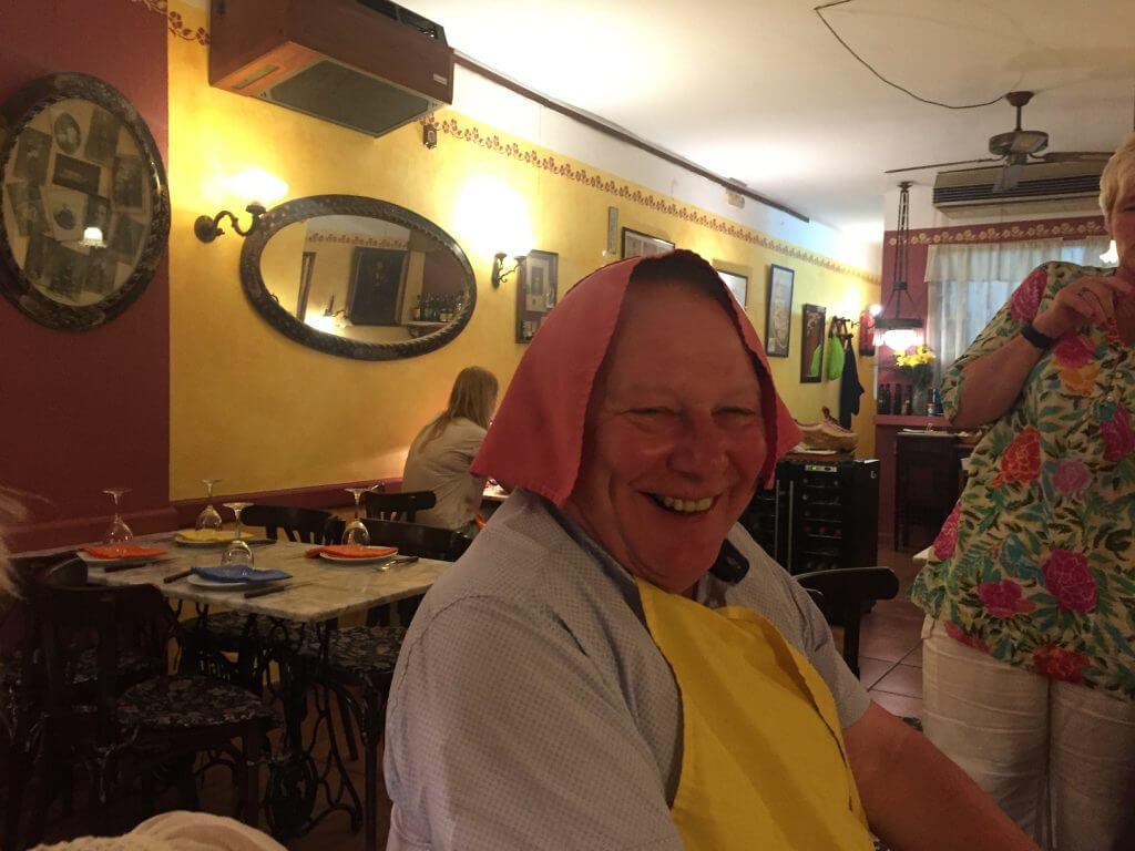 Dagens jubilar Olof förbereder säg för dessertvinet, som dricks ur en speciell karaff