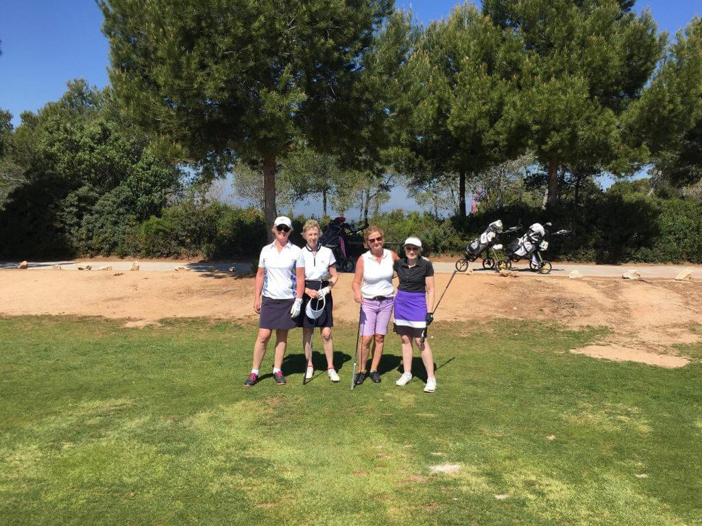 Ingert, Ulla Marita och Christina är redo för dagens runda på Hills