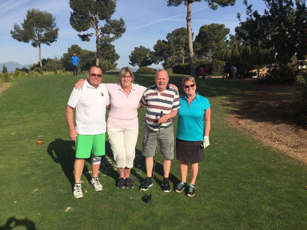 Skånegänget ser fram mot golf i värmen. Kent, Margot, Kai och Lisbeth