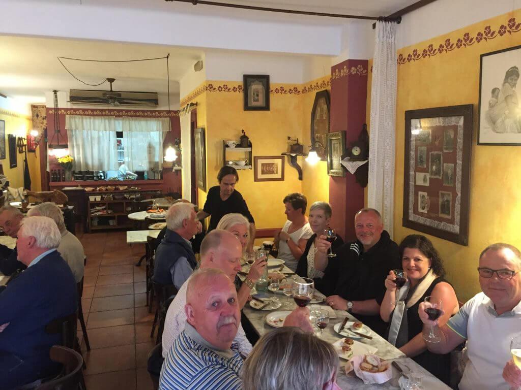 Det var ett glatt gäng som var på vår gemensamma middag på La Cua Curta och Alex berättar med inlevelse om maten vi ska få