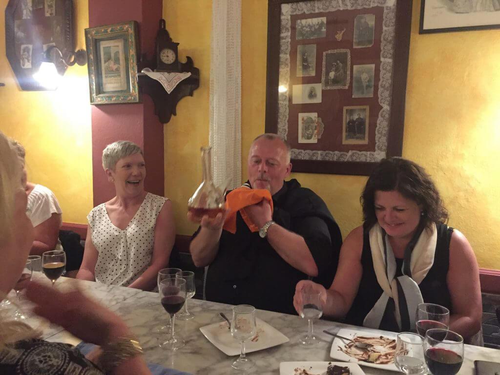 Jonny visar hur man dricker dessertvinet ur karaffen under glada tillrop