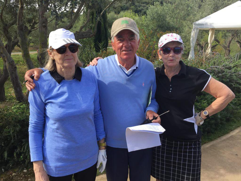 Vår trevliga starter på Bay Course tog väl hand om Gerda och Anita och delade med sig av goda råd om hur att köra en golfbil.