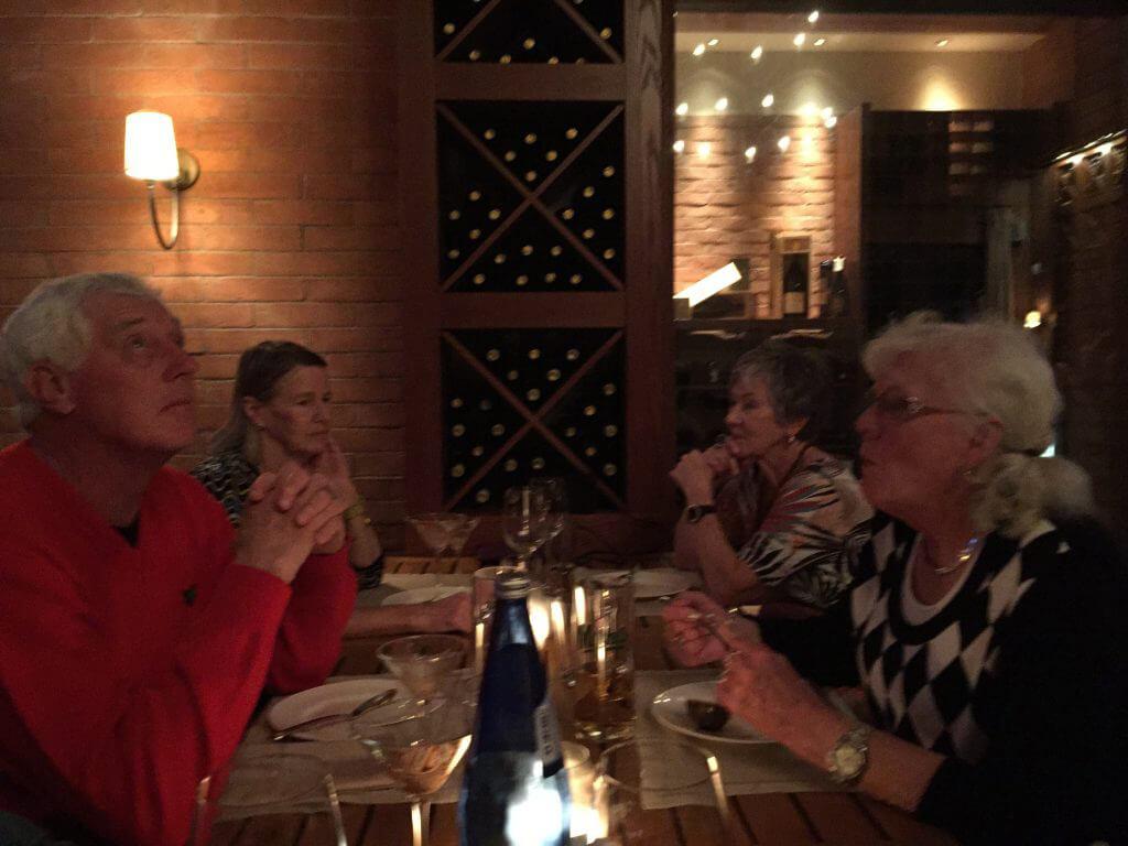 efter en god middag på Italienaren Da Luigi tackar Rolf någon för maten. Birgitta, Gerda och Anita är andaktiga vittnen.