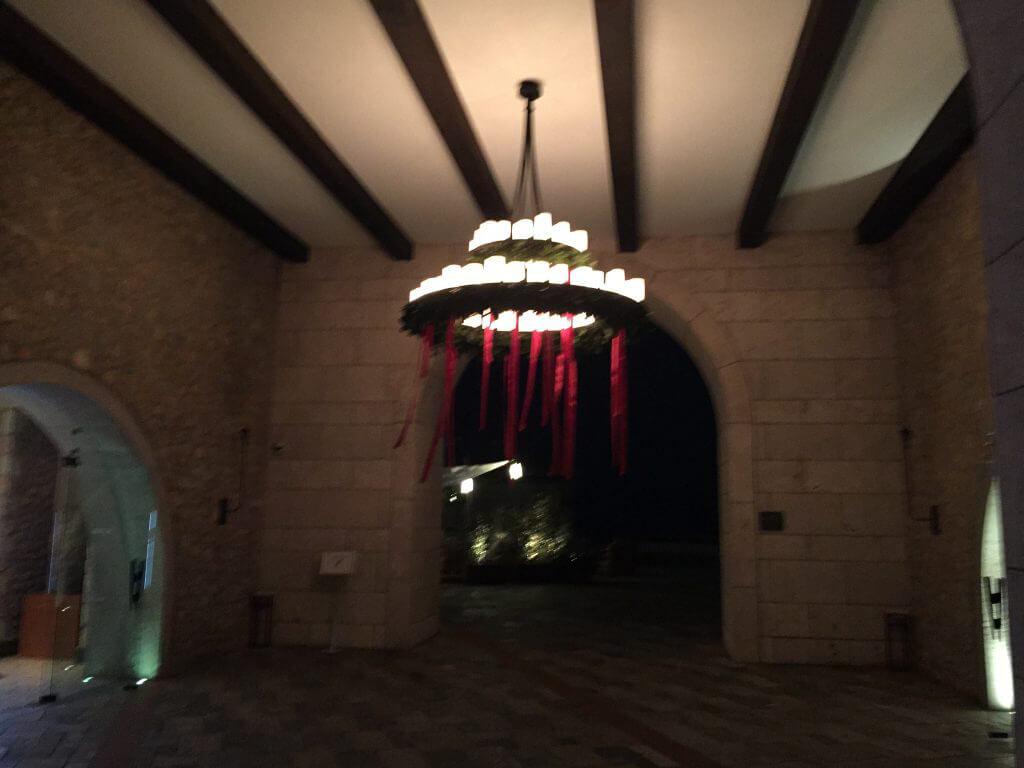Nya gäster möts av påskdekorationer både ute och inne.