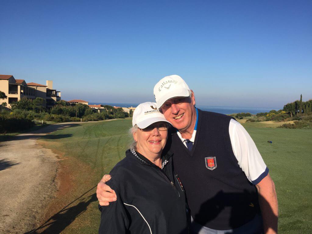 Två som gillar varandra, golf och vädret är Eastonveteranerna Birgitta och Rolf.