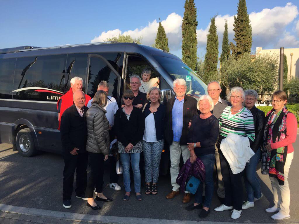 Fin samling av hela gänget framför den fina lyxiga bussen som tagit oss till både Gialova och Pylos.