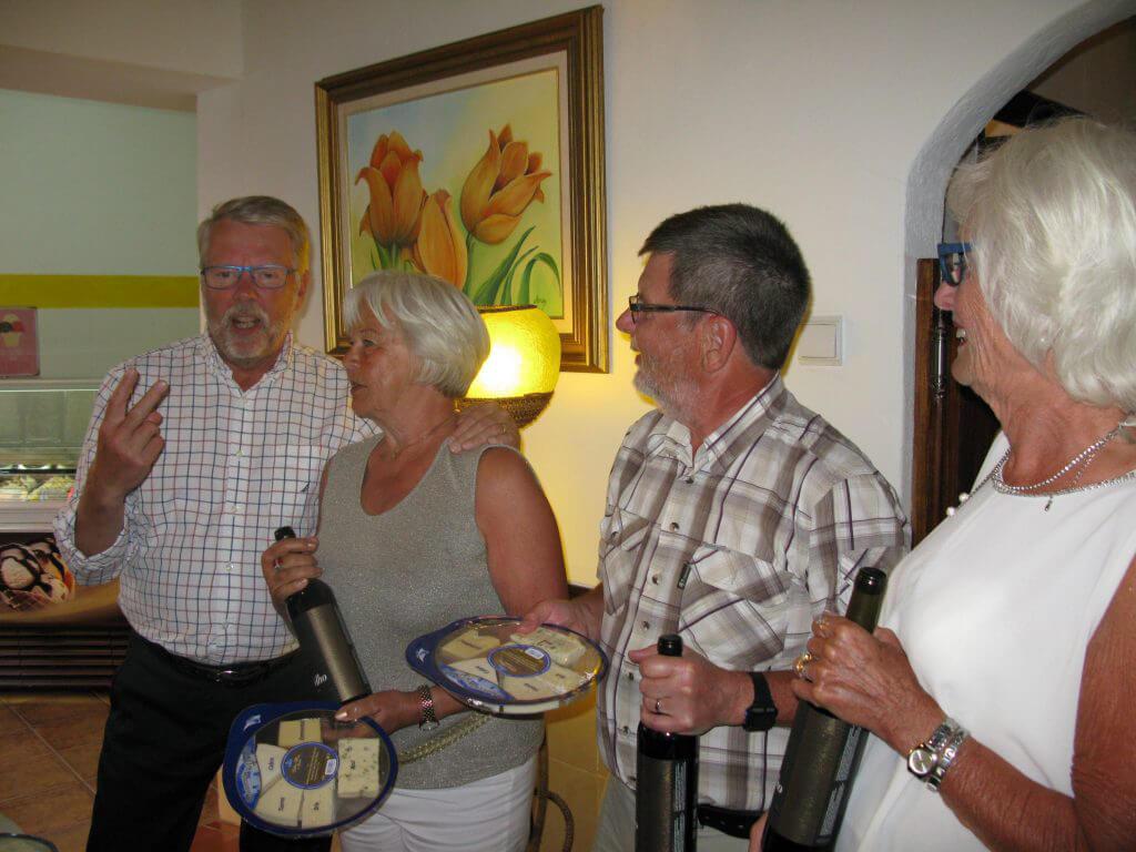 På kvällen gemensam middag hos Manuela på¨A Galeria där vi också delade ut priser till det vinnande laget. Jan, Inga-Lill, Erik och Anne-Christine.