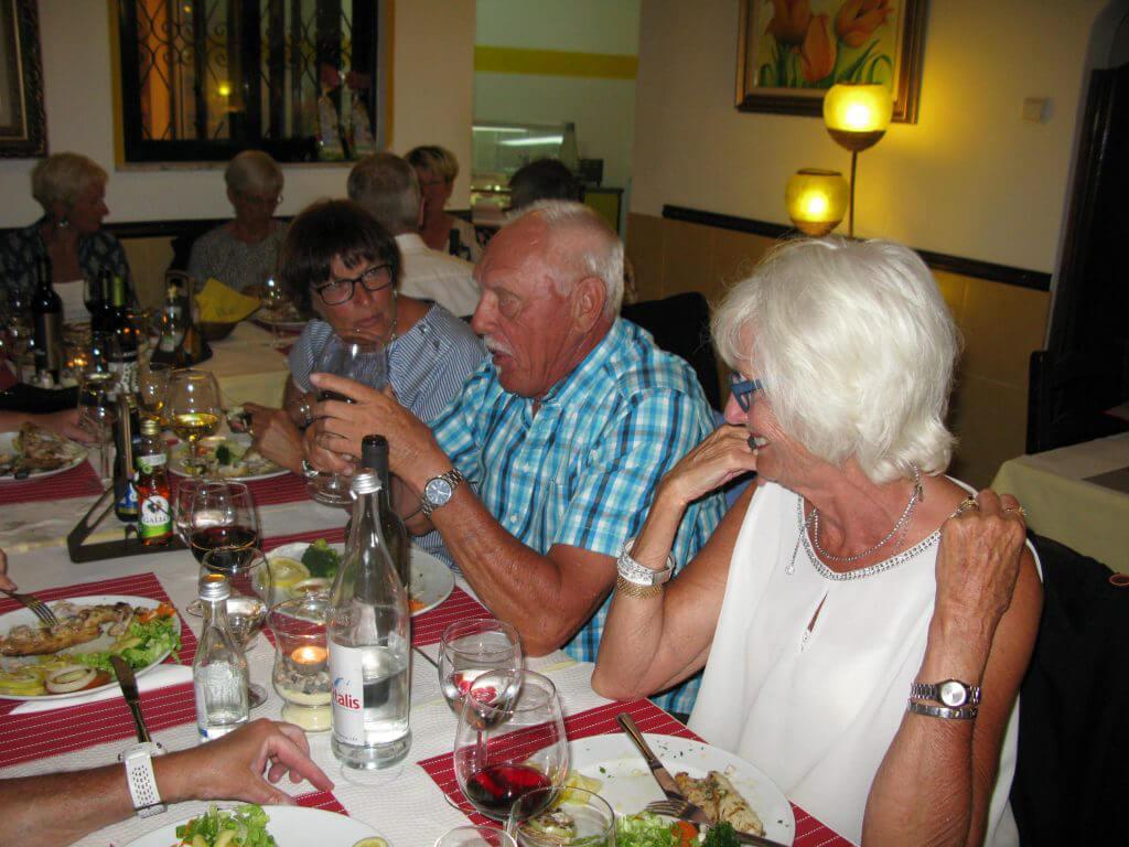 Johnny berättar medan Ingrid och Anne-Christine ivrigt lyssnar.