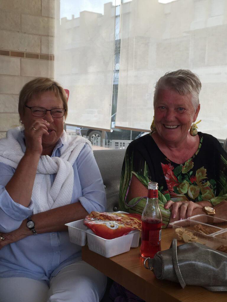 Ylwa och Christel bjuder på tilltugg.