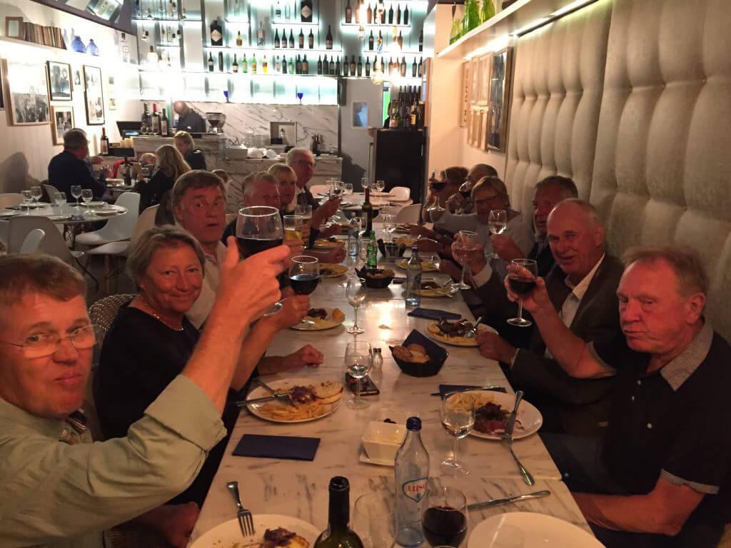 Alla höjer glasen och tackar för en trevlig vistelse här på Troia longstay.