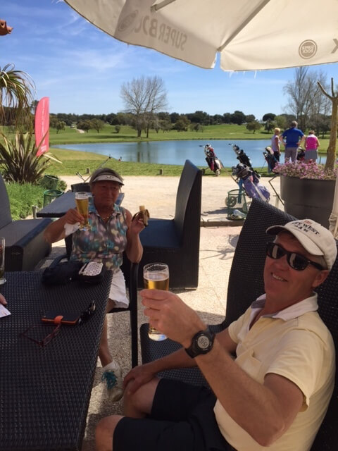 Björn och Barbro tar en öl efter rundan.
