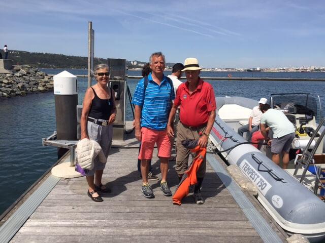 Delfinutflykt i strålande solsken. Inga-Maj, Nils-Erik och Kurt är klara för avfärd.