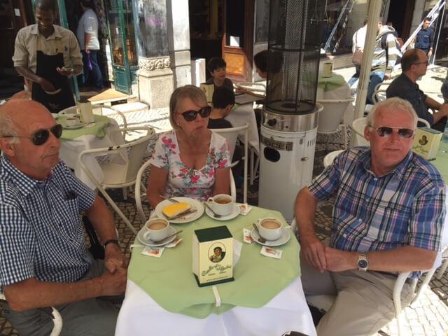 Håkan och Irene fikar på A Brasiliera.