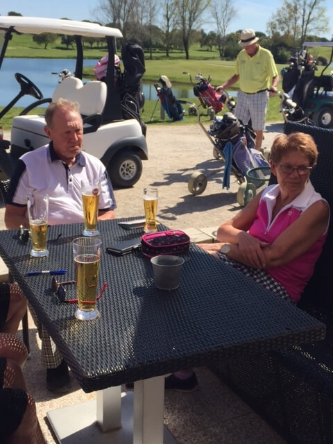 Kenneth och Kerstin njuter av vädret och en öl på Montado.