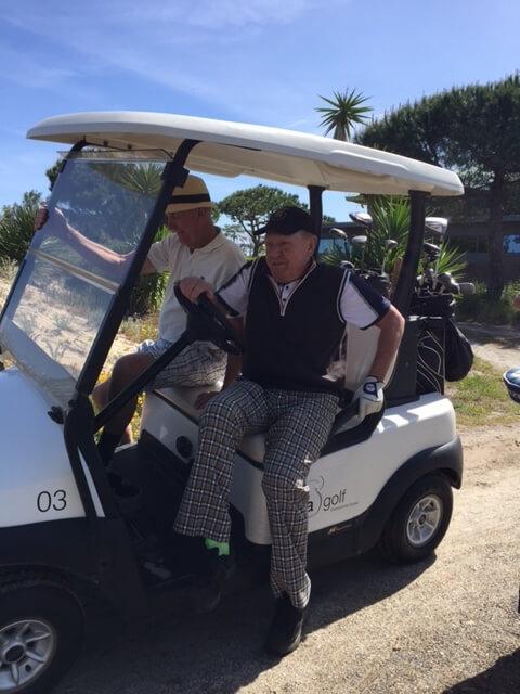 Kenneth och Kurt sitter skönt i golfbilen.
