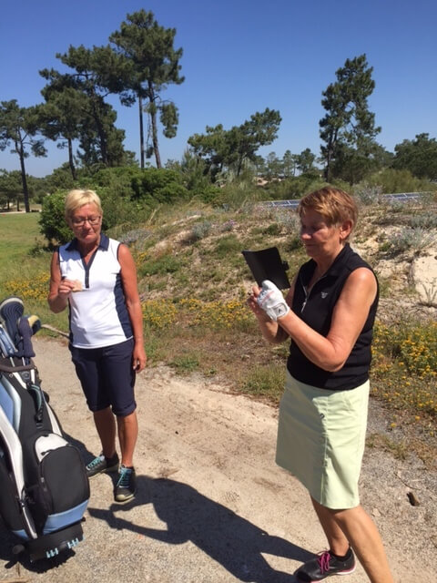 Margot och Kerstin trivs på Troia golfbana.