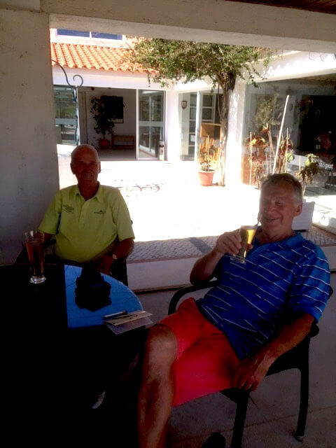 Kurt och Nils-Erik tar en öl i baren.